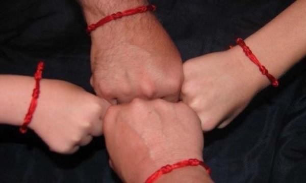 Фото - Красная нить на руке и запястье