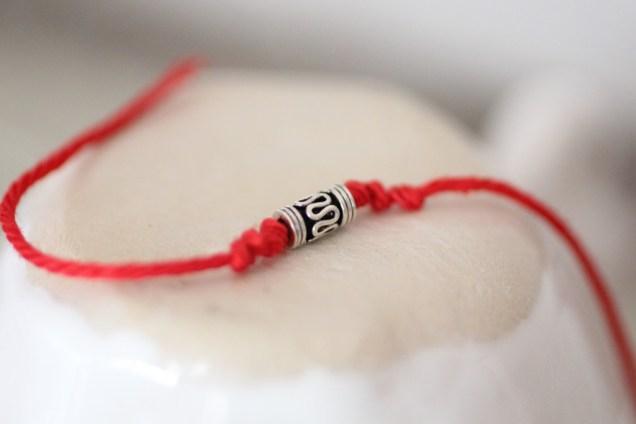 Зачем носят красную нитку на запястье? Как носить красную нить?