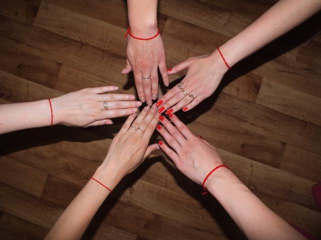 Фото - Красная нить на запястье и руке