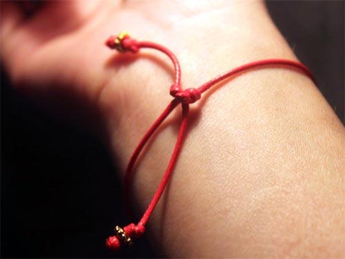 Фото - Как повязать красную нить на руку