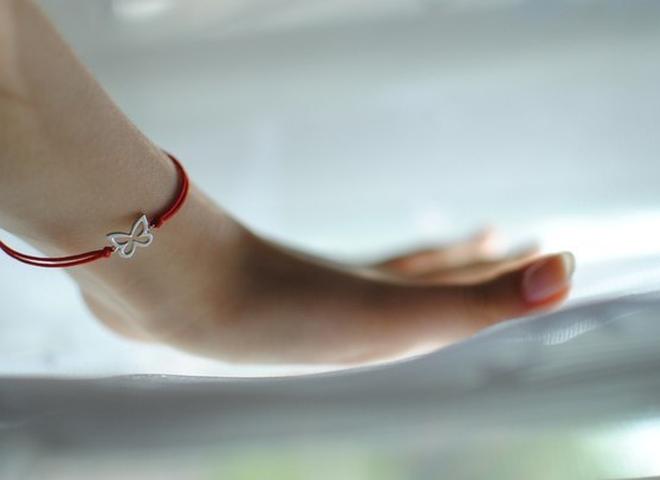 Фото - Сколько носить красную нить на запястье