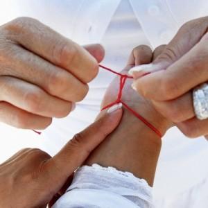 Как правильно надеть и завязать красную нить на руку?