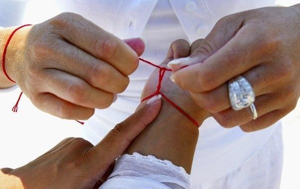 Фото - На сколько узлов нужно завязывать красную нить