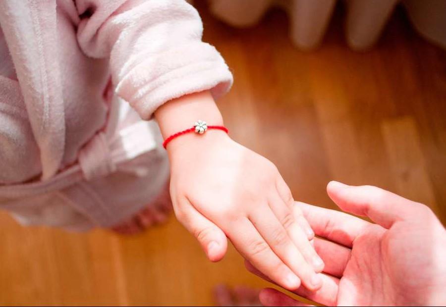 Фото - Повязать красную нить ребенку