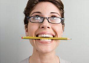 Фото - Зажатая зубами зубная щетка