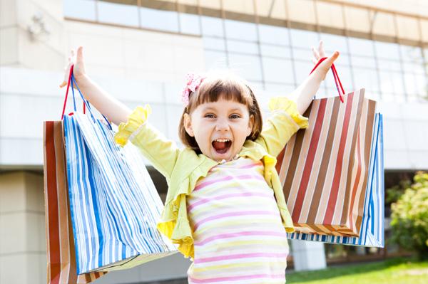 Фото - Счастливая девочка с покупками