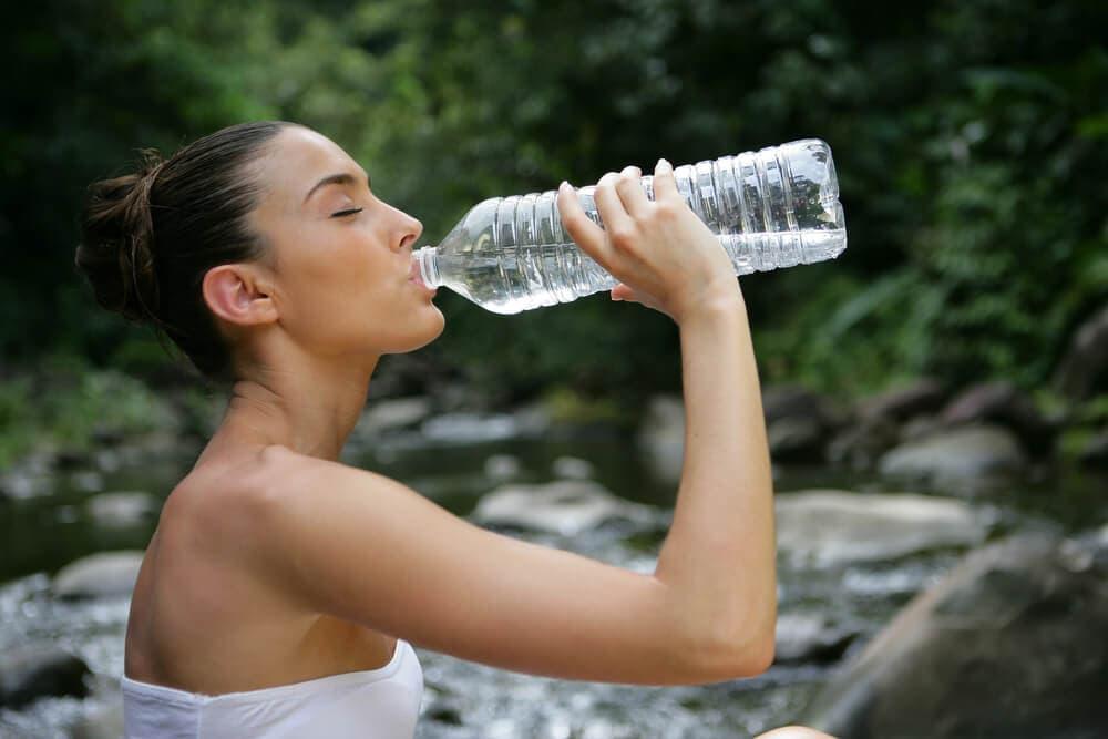пить больше воды, чтобы ускорить метаболизм